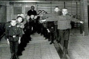 Воспитанники занимаются гимнастикой в спортивном зале Дома призрения и ремесленного образования бедных детей в С.-Петербурге. Начало 1900-х гг.