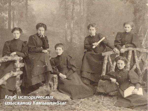 Выпускницы Камышинской женской гимназии. Студийное фотография на память. Начало XX века