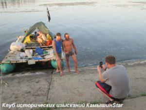 В Камышин на плоту прибыли путешественники из Ярославля: Алексей Цыбаев и Александр Гулюгин