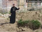 Старший священник Никольского собора, иерей Алексий Кузнецов на месте обнаружения склепа